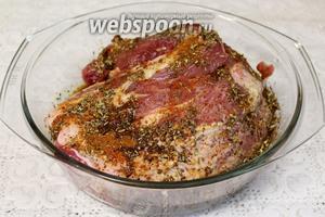 Мясо натереть солью и смесью пряностей, залить вином и соевым соусом. Периодические переворачивать, смачивая всю поверхность. Мариновать не менее получаса.