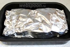 Уложить конверт на противень и поставить в нагретую на 250°C духовку. Запекать 1 час. Понизить температуру до 150°C и ещё запекать полтора часа.