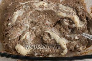 Добавить мягкое сливочное масло, попробовать на соль/перец. Отрегулировать вкус.