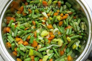 К обжаренным овощам добавляем фасоль и тушим.