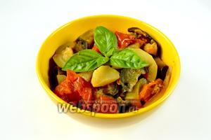 Подаём рататуй горячим или холодным, украсив листочками свежего базилика. Отличное летнее блюдо с низким содержанием жира и калорий, но с высоким содержанием питательных веществ.
