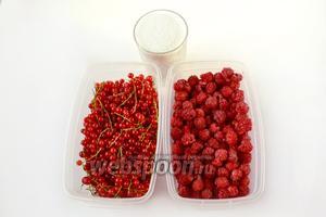 Для малинового джема нам понадобится малина, сахар и красная смородина для сока.