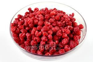 Малину перебираем и осторожно моем. Если ягоды только что собраны в чистом месте, можно их не мыть.