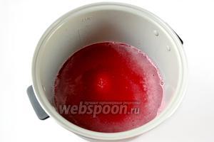 Смешиваем сахар с соком в кастрюле. Я готовила в мультиварке Polaris. Включаем программу «Варенье». Время её действия 1 час, но нам так долго готовить конфитюр не требуется, достаточно 20 минут, после чего программу отключаем.