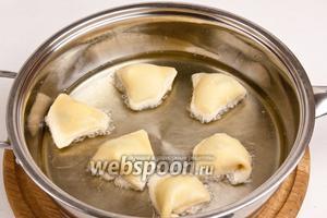 Разогреть масло в сковороде и обжарить ушки до золотистого цвета с обеих сторон.