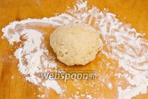 Затем добавлять частями воду замесить крутое тесто. Накрыть полотенцем и оставить на 10 минут.