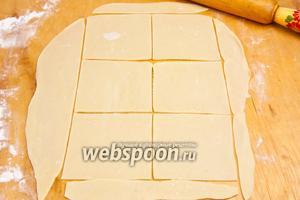 Раскатать тонко тесто и нарезать на равносторонние квадраты.