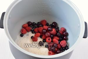 Засыпать ягоды в чашу мультиварки.