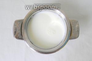Молоко довести до кипения. Если молоко жирное, лучше добавить в него воды где-то 200 мл.