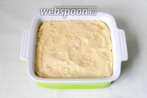 Форму для выпечки смазать сливочным маслом, выложить в неё манную кашу.