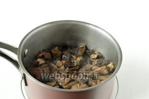 Грибы почистить, порезать, отварить в солёной воде 15 минут.