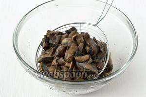 Отцедить грибы от жидкости.