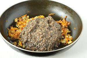 Добавить грибы к луку и моркови. Тушить 4-5 минут.