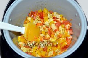 Добавляем к зарумяненной моркови кусочки курицы, помешиваем. Затем мелко нарезаем перец и помидор, пересыпаем в чашу и готовим до их размягчения, после чего отключаем программу «Жарка».