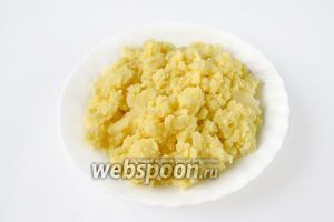 Очищенный картофель варим в солёной воде и после готовности толчём со сливочным маслом, полностью слив жидкость.