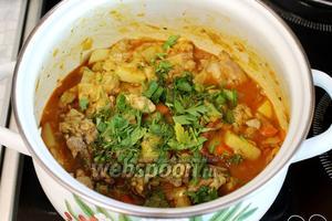 Добавляем зелень и лавровый лист и оставляем под крышкой на медленном огне 5 минут. Готовое блюдо украсим зеленью и половинками черри. Блюдо очень душистое, пряное, соус насыщен ароматами всех ингредиентов.
