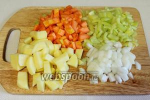 Морковь, лук, картофель, перец чистим и нарезаем кубиками.