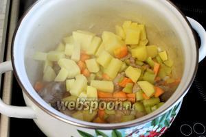 Добавляем картофель и перец, продолжая обжарку на среднем огне.