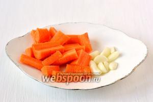 Чеснок разделить на зубки, очистить. Морковь очистить, порезать брусочками.