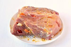Смазать этой смесью кусок мяса со всех сторон. Поставить в холодильник на 1 час.