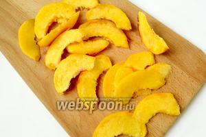 Нектарины нарезаем тонкими дольками, по желанию, предварительно очистив фрукты.