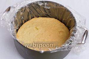 Готовый корж кладём в кастрюлю подходящего размера или разёъмную форму. Для того, чтобы в дальнейшем удобно было вытащить торт из ёмкости под корж можно выложить пищевую плёнку.
