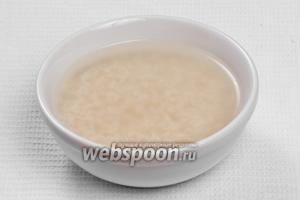Рис заливаем водой и оставляем его на 30 минут.
