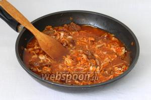 Залить водой и тушить до полной готовности мяса.