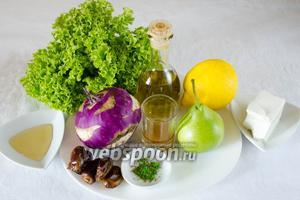 Чтобы приготовить салат, нужно взять плод кольраби, сыр фета, грушу, зелёный салат, лимон, оливковое масло; для заправки: жидкий мёд, мягкие финики, винный уксус, воду, сванскую соль.