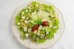 Украсить салат резаной грушей. Подать к обеду.