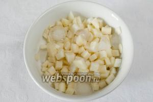 Кольраби нарезать мелкими кубиками. Одну треть выложить в глубокую посуду, залить соком половины лимона, добавить кусочки льда. Убрать в холод.