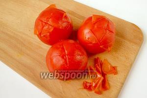Очищаем помидоры от кожицы, это легко сделать, если надрезать верхушку крестом и залить помидоры на несколько минут кипятком. Затем помидоры разрезаем на части.