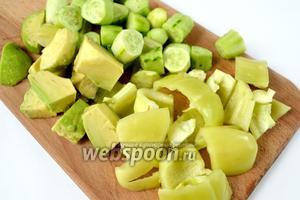 Подготавливаем все зелёные овощи: чистим от кожицы огурцы, очищаем авокадо и вытаскиваем косточку, из перца удаляем семенное гнездо. Нарезаем кусочками, удобными для измельчения. Если перец красный, то его присоединяем к помидору, у меня был перец зелёный.