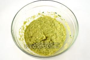 В другой посуде пюрируем зелёные овощи, присоединив  к ним нарезанную петрушку, соль и также ложечку масла.