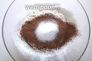 Просейте в миску муку и какао, добавьте соль и сахар.