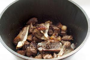 Казан кебаб готов, можно подавать! Едят его только в горячем виде с салатом, запивая восточным чаем. Мясо очень мягкое и отходит от костей.