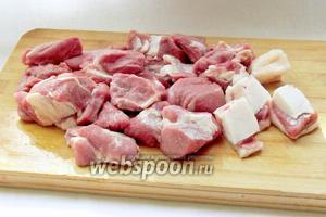 Мясо баранины нарезать кусочками по 3 см. Лучше взять разное мясо, с жирком и постное, на косточке и мякоть, чтобы всем угодить.