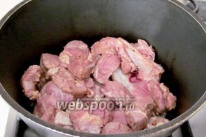 Казан хорошо прогреть на огне без масла. В оригинальном рецепте требуется приклеивать мясо к стенкам казана, жирком во внутрь. Но я не приклеивала и сложила на сухое дно сначала жирное мясо, а потом постное. Вот поэтому мясо для шашлыка должно быть с жиром, потому что, жарится всё в собственном соку. Плотно накрыть крышкой, сделать огонь ниже среднего и жарить, не открывая крышку 30 минут. Через 30 минут открыть, если там есть жидкость, то выпарить её, прибавив огонь. А если нет, то  просто всё перемешать, уменьшить огонь до самого минимума и тушить ещё 20-30 минут. Заглядывайте в казан иногда, чтобы не подгорело. Очень просто всё.