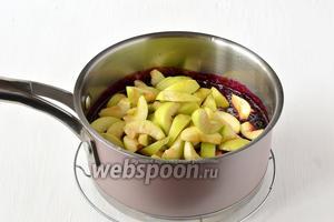 Когда смородиновое пюре немного уварится, добавить подготовленные яблоки.