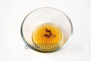 Смешиваем сок с маслом грецкого ореха (можно заменить оливковым), добавляем соли и перца из мельнички, взбиваем в соус.
