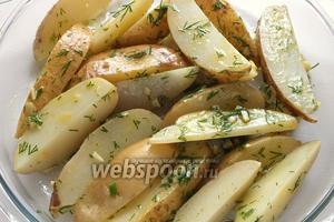 Выложите картофель в форму для запекания и поставьте в хорошо разогретую до 190°C духовку. Первые 20 минут, для полной уверенности, что картофель пропечется, можно накрыть форму куском фольги.