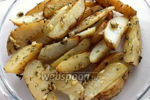 Затем фольгу убрать и готовить до появления золотистой корочки. Картофель подавать горячим в качестве гарнира или основного блюда, при желании можно посыпать тёртым сыром. Приятного аппетита!