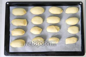 Пирожки выкладываем на противень и смазываем молоком.
