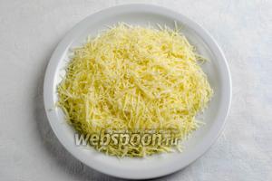 Натереть мелко твёрдый сыр.