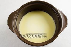 В поджаренную муку потихоньку струйкой добавлять молоко. Довести до кипения, варить, периодически помешивая.