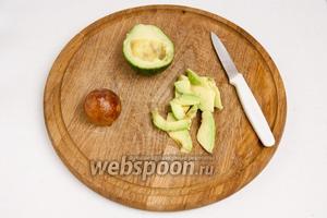Авокадо освободить от кожуры и косточки и нарезать соломкой.