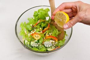 Все ингредиенты смешать, добавить перец, кунжут, семена льна, зелень и побрызгать лимонным соком, заправить маслом.