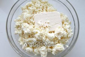 Творог разминаем с маслом и сахаром. Количество сахара по вкусу 2-3 ст. л.