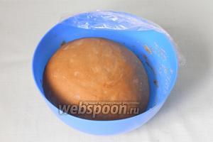 Затем тесто возвращаем в миску, накрываем плёнкой и ставим в холодильник на 2,5 часа. Оно снова увеличится в объёме.