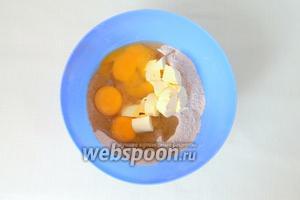 В муку вбиваем яйца, добавляем сливочное масло, сахар.
